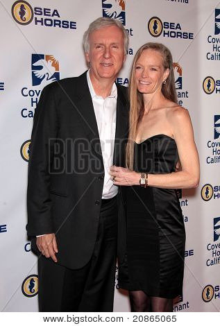 LOS ANGELES - JUN 09:  James Cameron & Suzy Amis arrive Covenant House 2011 Gala  on June 09, 2011 in Los Angeles, CA
