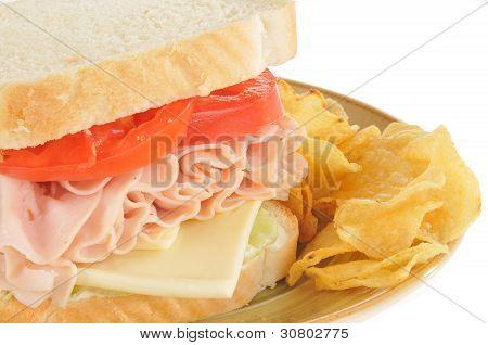 Close-Up de um sanduíche de queijo suíço e presunto