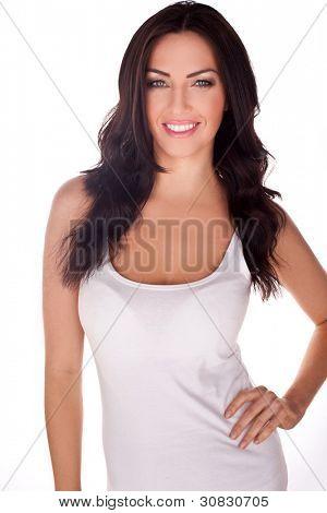 Mujer esbelta con una encantadora sonrisa usando un cierre montaje vestido blanco de verano.