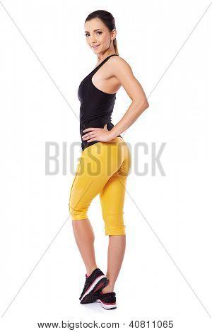 Mulher jovem sexy sportswear com um corpo bonito e bonito bum posando olhando para trás, seu shoul