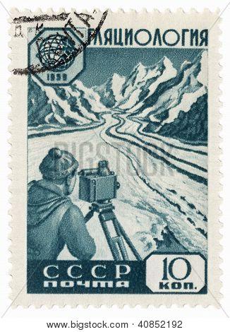 Glaciólogo del investigador en un valle en el sello de correos