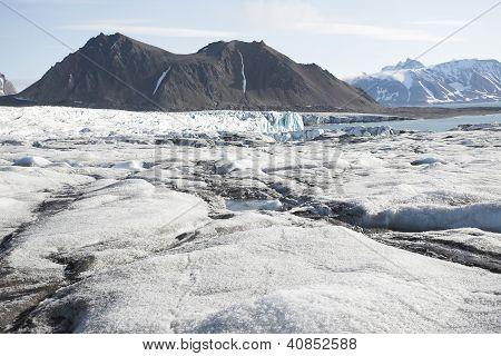 Arktische Landschaft mit Gletschern und Bergen