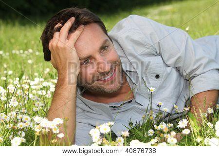 Homem deitado na grama
