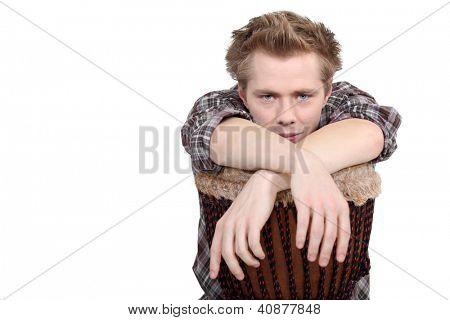 Hombre con un tambor djembé