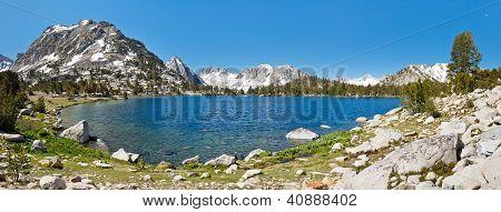 Panorama de Lago de montanha Serra Nevada