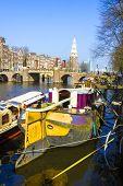 Постер, плакат: Типичный канал Амстердам с лодки домами и мост