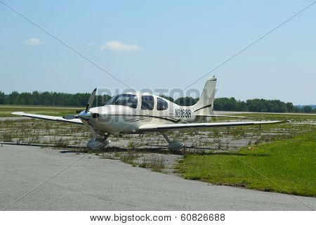Cirrus SR 22 plane in Hancock County Bar Harbor airport in Maine