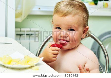 kleines Mädchen Verkostung Erdbeere