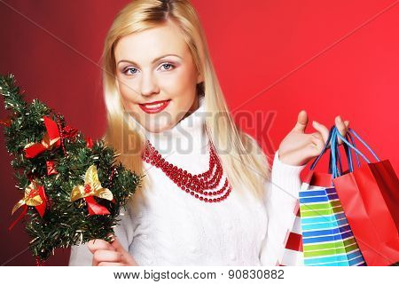 woman holding gift  and the tree
