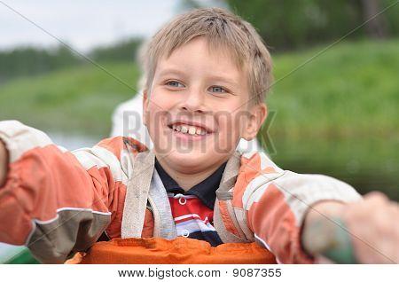 junger Mann ein Ruderboot