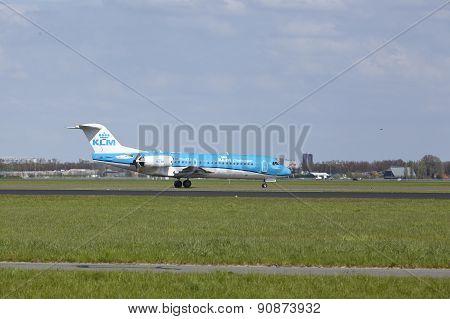 Amsterdam Airport Schiphol - Fokker 70 Of Klm Ciryhopper Lands