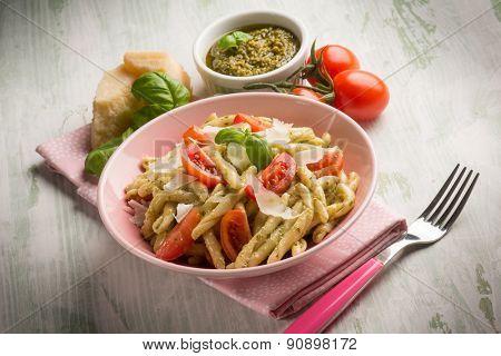 pasta with pesto  tomato e parmesan cheese flake