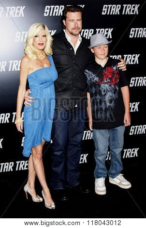 Tori Spelling and Dean McDermott at the Los Angeles Premiere of