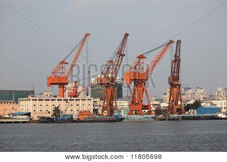 Krane im Industrie-Hafen
