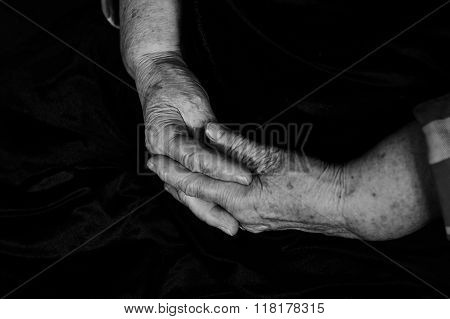 Hands with wrinkles old man