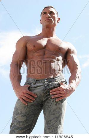 Constructor del cuerpo masculino con bluejeans