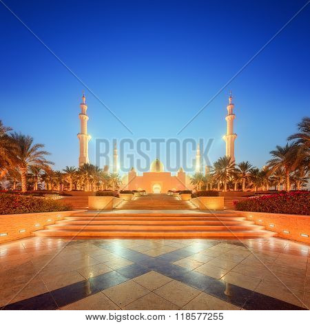 Sheikh Zayed Grand Mosque at dusk, Abu-Dhabi