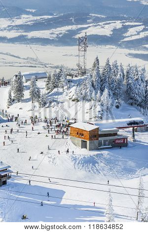 Group Of Tourists On A Ski Slope In  Poiana Brasov