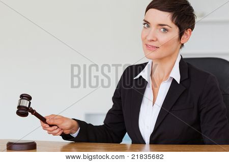Frau klopfen ein Hammer in ihrem Büro