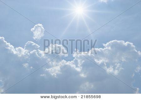 Imaginario cielo con nubes blancas y sol