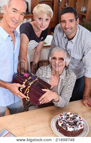 Familie feiern Mutter Geburtstag, sie ist etwa 70 Jahre alt