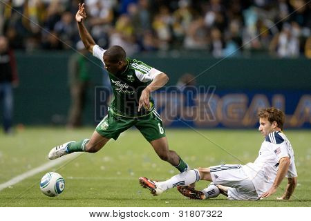 CARSON, CA. - 23 de abril: Los Angeles Galaxy F Mike Magee #18 & Portland Timbers M Darlington Nagbe #6