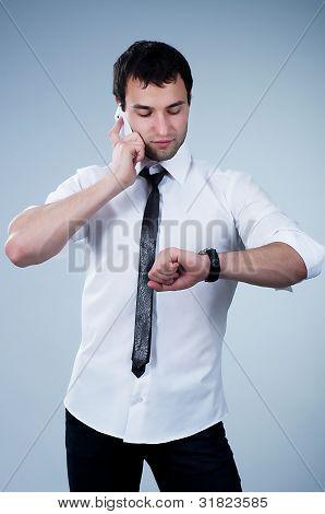 Homem jovem bonito, atender o telefone