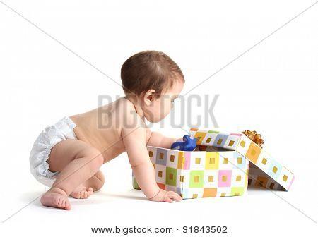 Bebê bonito menina e caixa de presente isolada no branco
