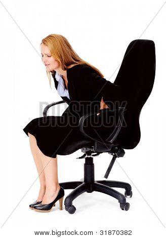 Mujer de negocios tiene dolor de espalda desde una for Sillas de oficina para problemas de espalda