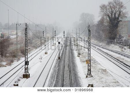vielen schneebedeckten Eisenbahnschienen in trübe winter