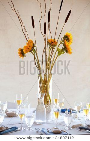 eine große Hochzeit Tisch Mittelpunkt mit einem Sonnenblumenstrauss