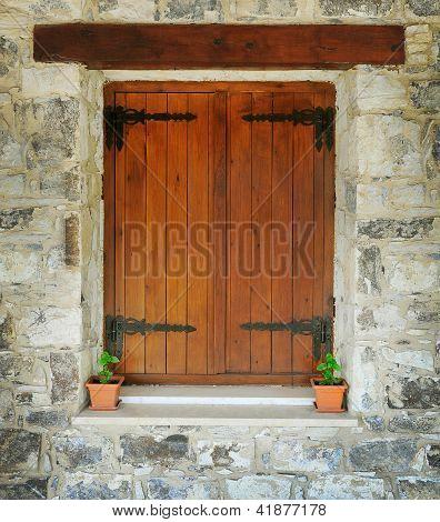 Ventana de madera en la pared de piedra