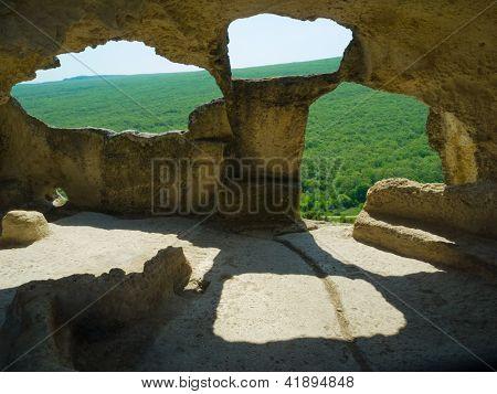 Montaña. Cueva ciudad Eski-Kermen, Crimea, siglos VI-XIV de Ucrania
