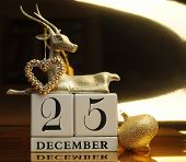 Постер, плакат: Gold theme save the date calendar for December 25