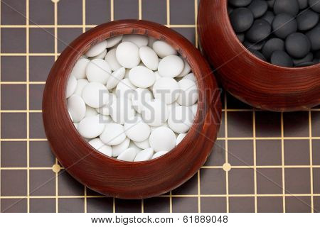 White Go Double Convex Yunzi Stones In Wooden Bowl