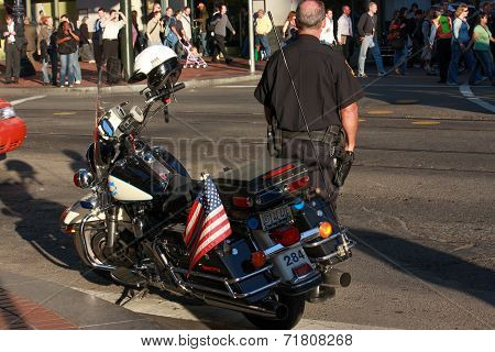 San Francisco, Usa - Sept 24, 2008: Us Policeman Patrols City Street Crowded By Attendees Of Oracle