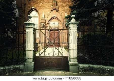 the gate in front of the baptists temple