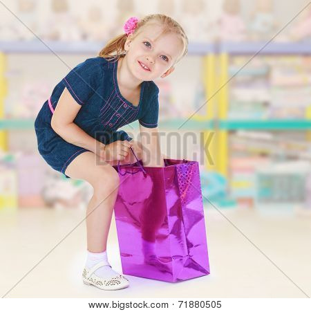The little girl put her hand into the sack