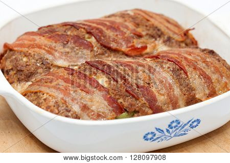 Stuffed meatloaf preparation : Baked Egg and Vegetables stuffed meatloaf covered with bacon