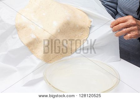 Quiche lorraine preparation : Transferring the quiche Lorraine dough to the baking dish