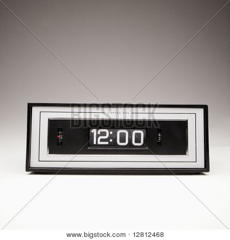 Retro clock set for 12:00.