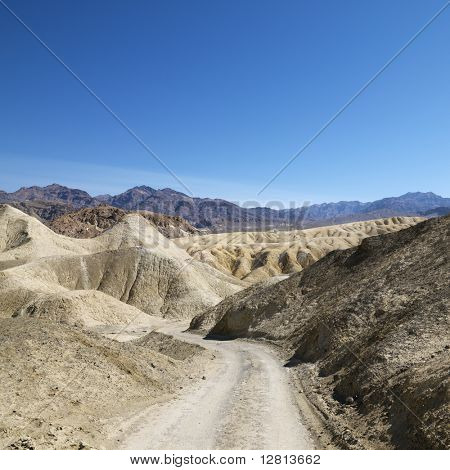 Feldweg durch karge Landschaft im Death Valley National Park.