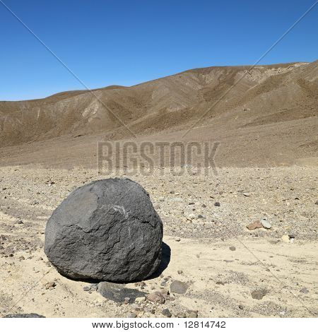 Boulder in der kargen Landschaft im Death Valley National Park.