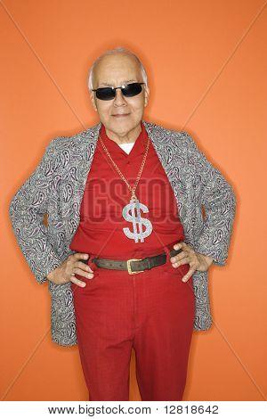 reife Erwachsene caucasian männlich tragen Geld Zeichen Halskette.