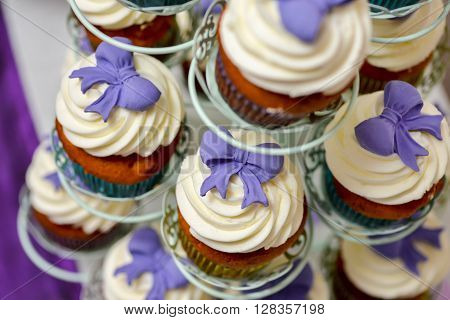 Vanilla cupcakes with mauve bow, side light