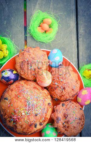 Мягкие куличи и разукрашенные яйца подготовленные к празднику пас