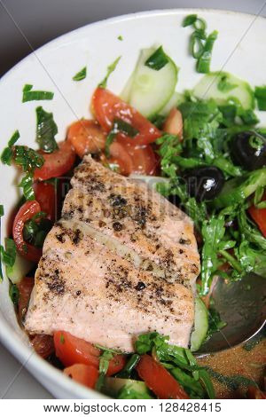 Salmon salad with rucola, tomatoes and paprika