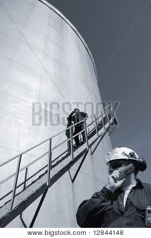 Ölarbeiter und Industrie-Kraftstoffbehälter