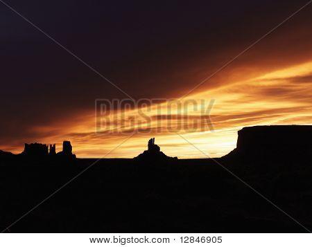 Paisaje escénico al atardecer de mesas en Monument Valley, cerca de la frontera de Arizona y Utah, United Stat