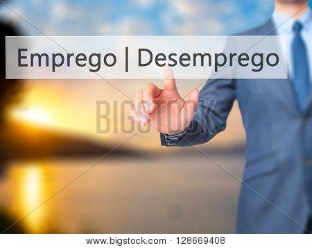 Emprego Desemprego (employment - Unemployment In Portuguese) - Businessman Hand Pressing Button On T